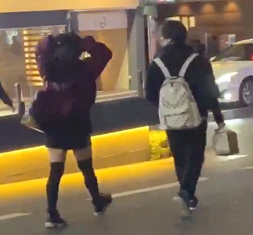 【画像】岡本信彦不倫相手は2人!歌舞伎町で密会の小柄な女性は誰?4