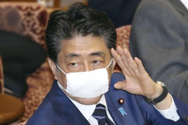小池百合子のマスクは大きいのに対し安倍総理大臣のマスクは小さめ?
