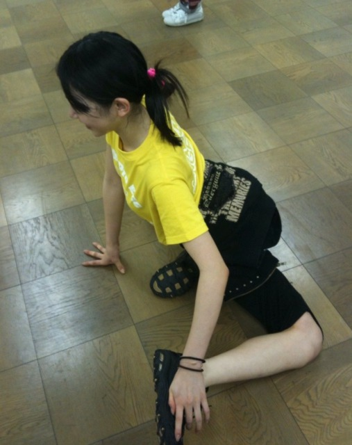 吉川友の脚ぐにゃ体操が怖い!【有吉反省会で披露】の画像4