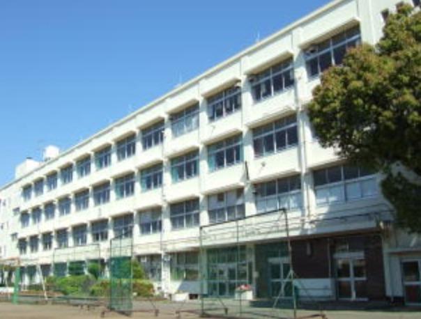 瑛人の出身中学校は『左近山中学校』