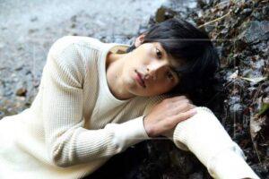 岡田健史はすね毛がかなり濃い?足がツルツルで脱毛したの噂も!ファン悶絶の画像をチェック